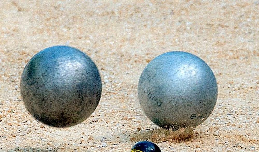 carreau avec une boule de pétanque MS Pétanque