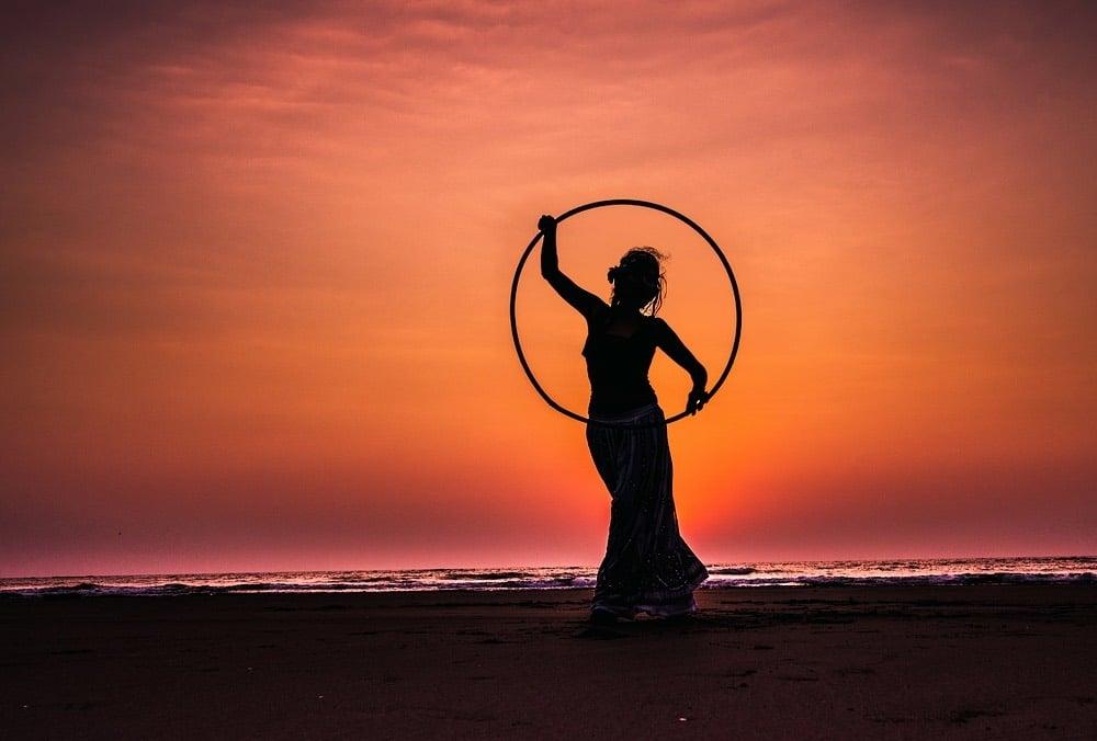 Femme mince avec un hula hoop